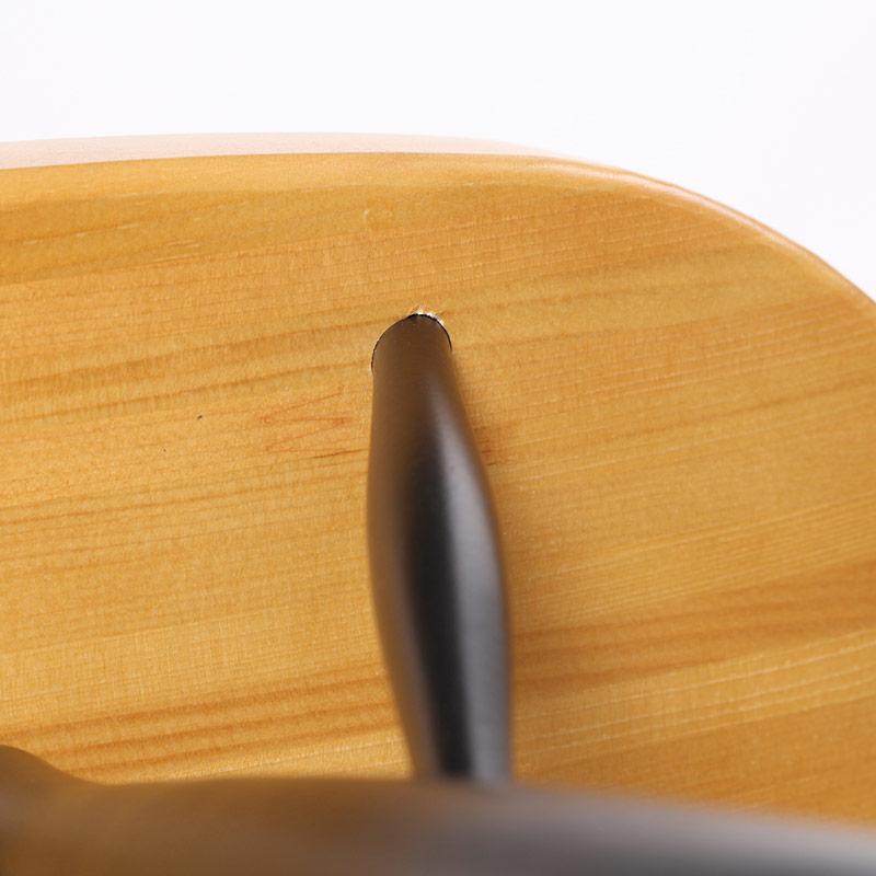 0040 / 座面裏の脚と座面の接合部に小さな凹みがあります。