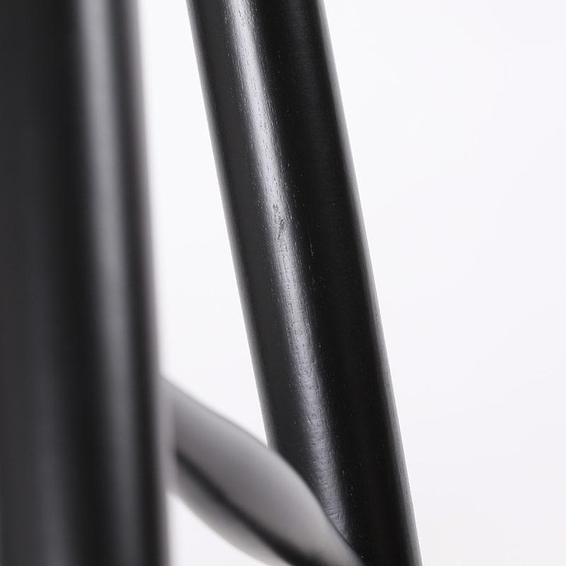 0040 / 脚の内側にモヤっと白っぽく見える部分がありますが、光の当たり加減で見えたり見えなかったりする程度です。