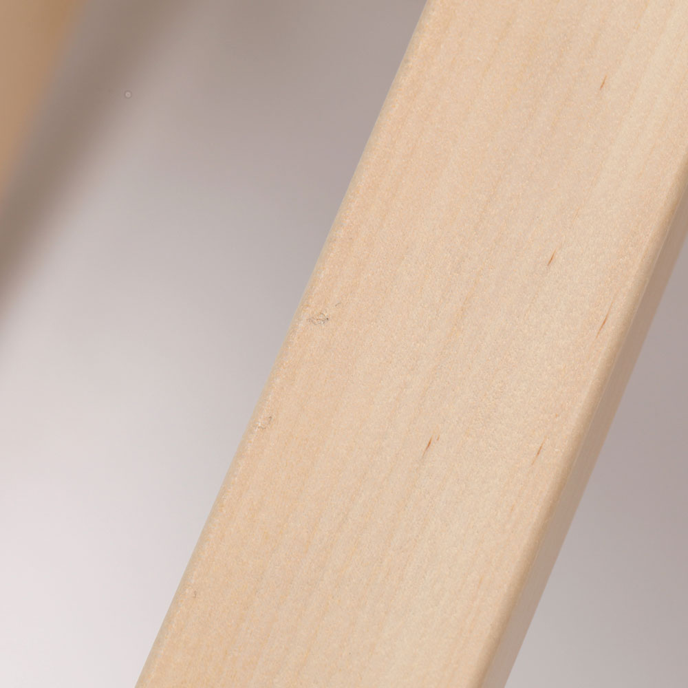 0221 / 脚の下方に極細い繊維の付着があります。引っ掛かりはありません。