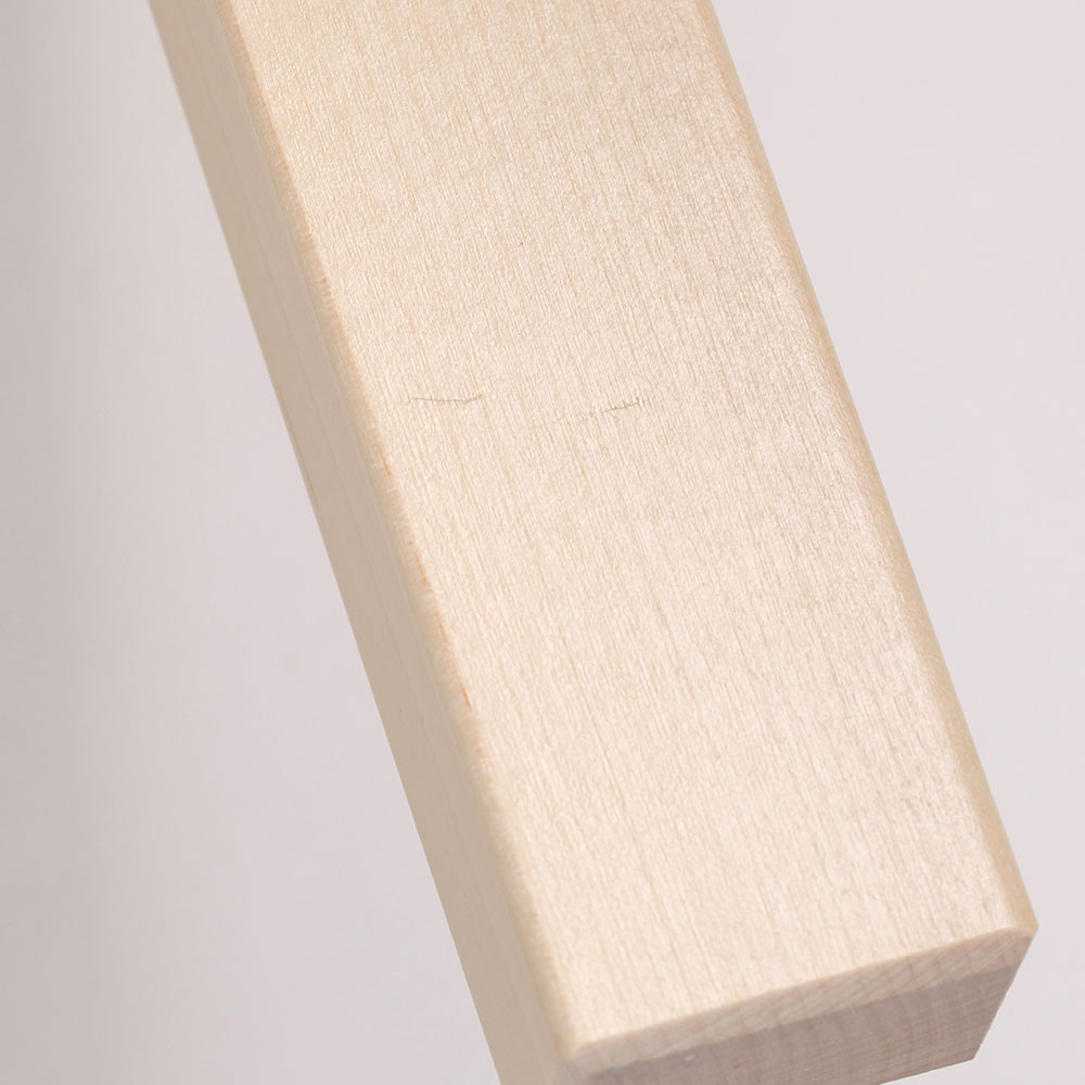 0227 / 脚の下方内側にライン状の浅い凹みがあります。光の当たり具合で分かる程度です。
