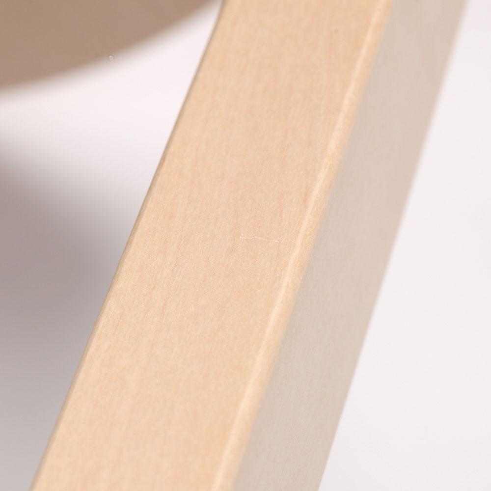 0221 / 脚の下方側面にライン状の軽い凹みがあります。光の当たり具合で見える程度です。